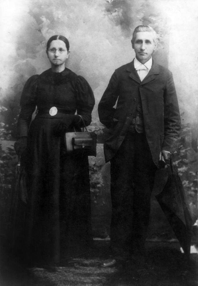 Rev. Thomas Benton Parker (1844–1913) and his wife Frances Jane (Gray) Parker (1839–1910).